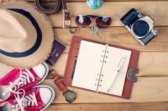 Ropa y accesorios para los hombres en el piso de madera Fotografía de archivo libre de regalías