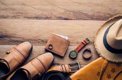 Ropa y accesorios para los hombres en el piso de madera Fotos de archivo libres de regalías