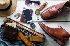 Ropa y accesorios para los hombres en el piso de madera Fotografía de archivo