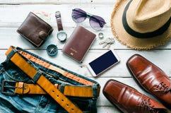 Ropa y accesorios para los hombres en el piso de madera Imágenes de archivo libres de regalías