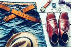 Ropa y accesorios para los hombres en piso de madera Imágenes de archivo libres de regalías