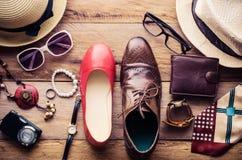 Ropa y accesorios para los hombres y las mujeres listos para el viaje - estilo de vida Fotos de archivo libres de regalías