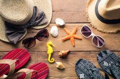 Ropa y accesorios para los hombres y las mujeres listos para el viaje - li Fotografía de archivo libre de regalías