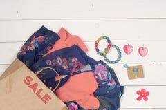 Ropa y accesorios para mujer en el piso de madera Imágenes de archivo libres de regalías