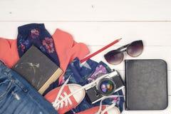Ropa y accesorios para mujer en el piso de madera Fotos de archivo libres de regalías