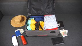 Ropa y cosas que llenan la maleta Preparaciones al viaje del verano Desgaste que embala y otros accesorios a empaquetar Planifica metrajes