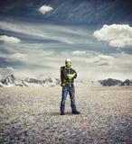 Ropa y estancia del invierno del desgaste de hombre en las montañas Imagen de archivo libre de regalías