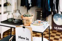 Ropa y regalos en una tienda en Estocolmo, Suecia fotos de archivo libres de regalías