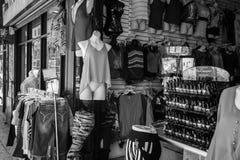 Ropa y tienda de novedad blanco y negro Foto de archivo