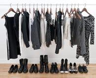 Ropa y zapatos blancos y negros femeninos Imágenes de archivo libres de regalías