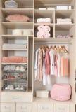 Ropa, zapatos y accesorios elegantes en armario grande imágenes de archivo libres de regalías