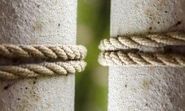 rope круг на поляке металла, связанная веревочка на конце поляка вверх 2 поляка с 2 веревочками Селективный фокус Стоковые Изображения RF