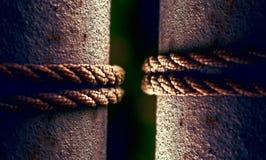 rope круг на поляке металла, связанная веревочка на конце поляка вверх 2 поляка с 2 веревочками Селективный фокус Стоковая Фотография RF