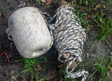 Rope лежать на зеленой траве в дне парка стоковые фотографии rf