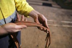 Rope рука контролера техника доступа мужская проверяя 10 кабеля коровы простирания 5 mm веревочка задней части безопасности низко стоковое фото