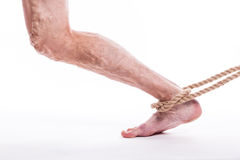 Rope das Halten des menschlichen Beines, das Krampfadern des unteren extrem schmerzt Stockfotografie