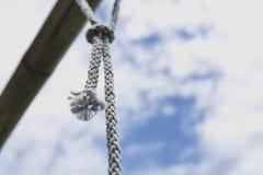 rope den Knoten, der mit alter rostiger Stahlstange gebunden wird Stockfotos