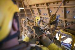 Rope det börjande repet för tillträdesgruvarbetaren som överför genom att använda descenderen som manövrerar från från vänster ti fotografering för bildbyråer