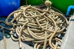 Rope det van vid bandet fartyget i havet royaltyfria bilder