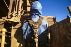 Rope el arnés de seguridad del minero del acceso que lleva que conecta en Karabiner que ató en cuerda la parte posterior de su la imagen de archivo