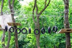 Rope el puente de balanceo para el campo de entrenamiento en el bosque Imagenes de archivo