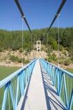 Rope el puente peatonal en la presa de Kardzhali, Bulgaria Fotos de archivo