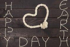 Rope en la forma del corazón del amor con el texto: Día de la Tierra feliz imagen de archivo