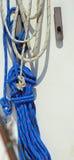 Rope för att förtöja en lyxig yacht i hamnen Royaltyfri Foto