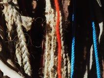 Rope i pizzi nelle dimensioni differenti, treccia di colori fotografie stock