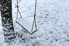 Rope la ejecución del oscilación de un árbol cubierto con nieve Imágenes de archivo libres de regalías