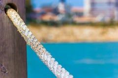Rope las barandillas hechas de la cuerda contra el mar azul, primer Fotos de archivo libres de regalías