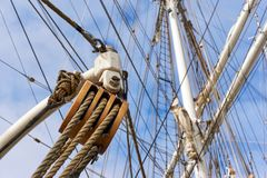 Rope pulley and mast of a ship Royalty Free Stock Images