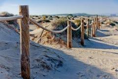 Rope staketet på den sandiga stranden av La Mata Solnedgång på stranden Suddig unfocused bakgrund 02 Arkivfoton