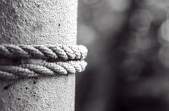 rope upp cirkeln på metallpolen, bundet rep på polslutet 2 poler med 2 rep Selektivt fokusera arkivfoto