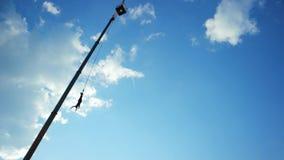 Ropejumping od wysoki wierza, mężczyzna odbija się na sznurku, skacze z ubezpieczeniem od wzrosta zdjęcie wideo