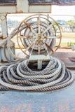Ropeknotted slut bunden runt om/nautiskt förtöja rep arkivbilder