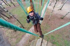 проход альпиниста законченный ropes курс Стоковая Фотография
