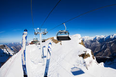 Ropeway σκι και ανελκυστήρων με τις καρέκλες πέρα από τα βουνά Στοκ Φωτογραφίες