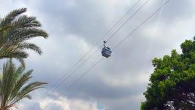 Ropeway cabine op de achtergrond van palmen en wolken stock video