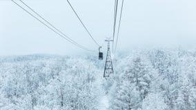Ropeway in de winter bij Zao-berg stock foto