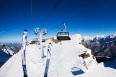 Ropeway dello ski-lift e dello sci con le sedie sopra le montagne Fotografie Stock