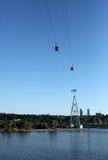 Ropeway i den Nizhny Novgorod staden över Volgaet River på en sommarafton Royaltyfria Bilder