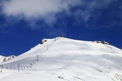 Ropeway i narty skłon w słońce dniu Obrazy Stock