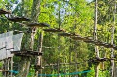 Ropeway perigoso com o baraço no parque da corda Imagem de Stock
