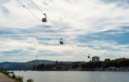Ropeway sopra il fiume in Repubblica federale di Germania con una collina nei precedenti e un cielo blu con le nuvole immagini stock