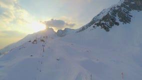 Ropeway vazio na inclinação da montanha nevado de Nordkette, estação baixa no recurso de esqui video estoque
