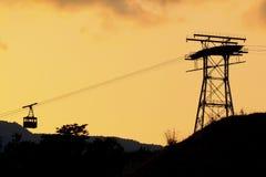 Ropewaykontur på solnedgången Royaltyfri Foto