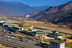 A?roport de Paro dans les montagnes - Bhutan Paysage de montagne avec le village et le mini a?roport photo stock