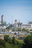 Ropy naftowe i rafinerii przemysłowa roślina z niebieskim niebem Obraz Royalty Free