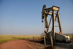 Ropy naftowej pompy dźwigarka w Prochowym Rzecznym basenie zdjęcie royalty free